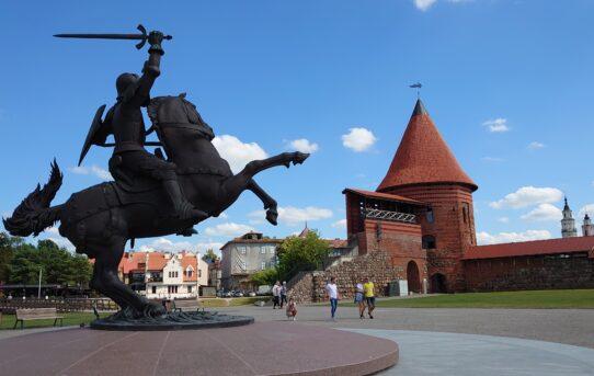 Hrad Kaunas a socha Bojovník svobody