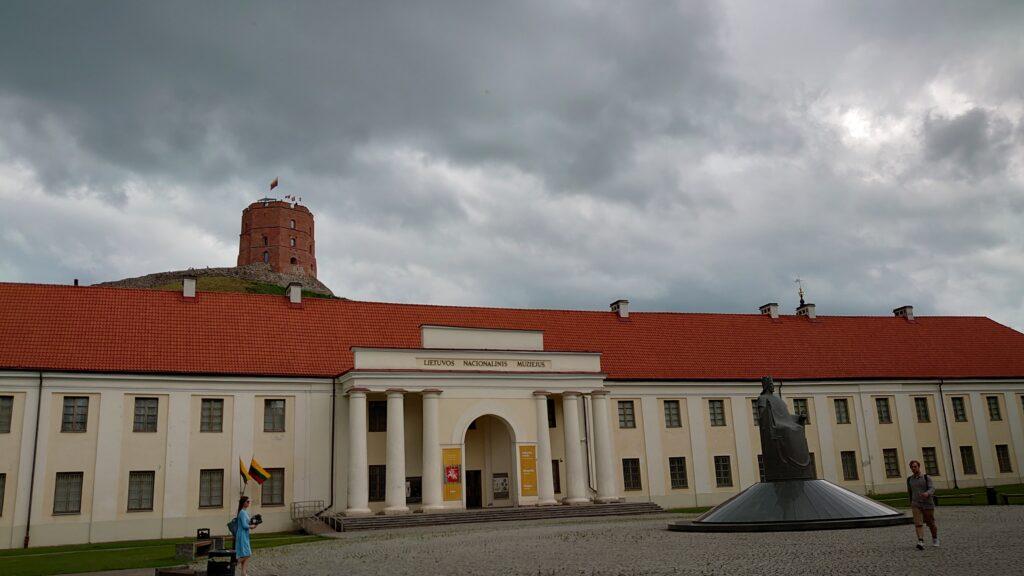 Národní muzeum je hned pod hradem