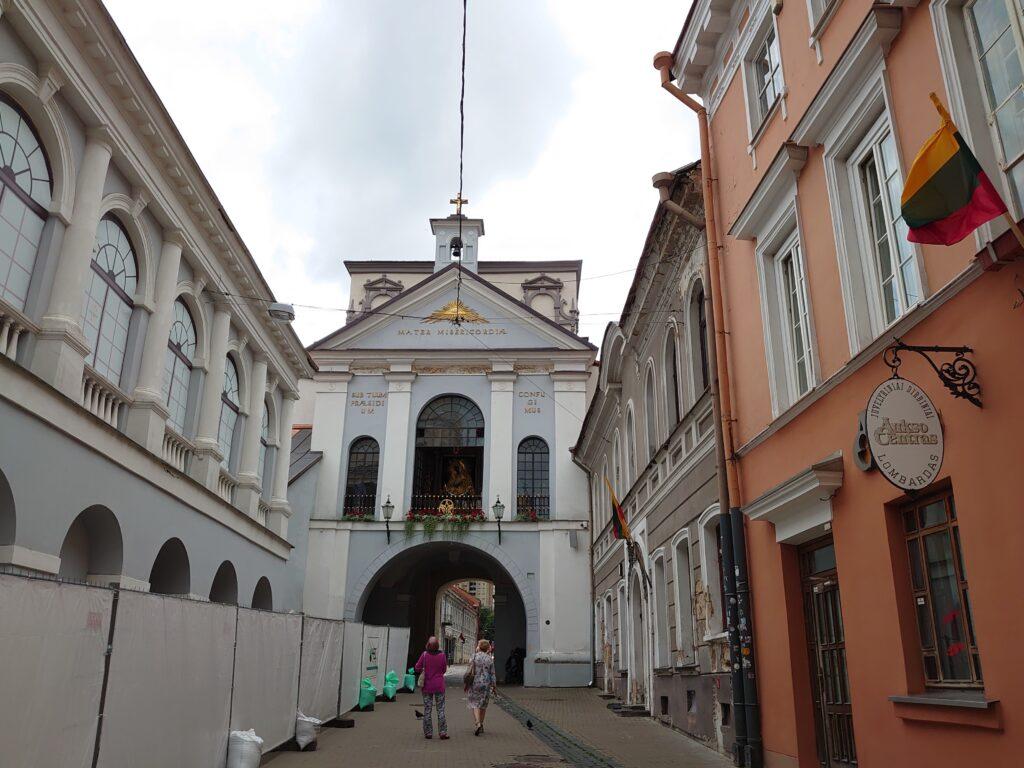 Brána úsvitu - kaple je hned za okny