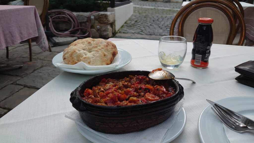 Tavë, směs zeleniny a jehněčího masa - kosovsko-albánská specialita kterou musíte zkusit