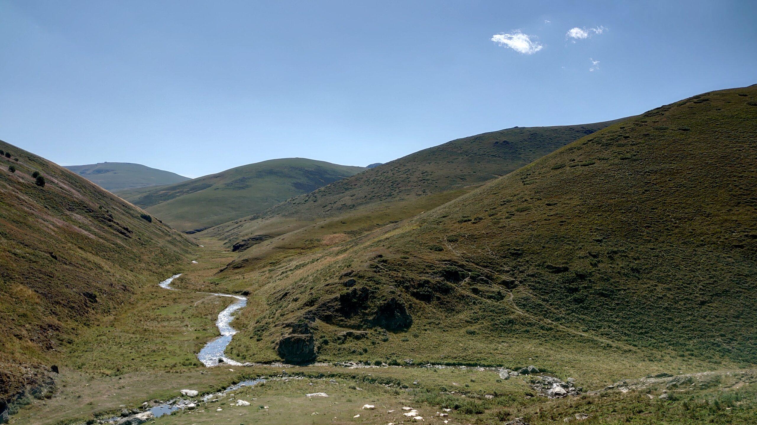 Údolí po cestě na Kalabak. Ticho v kosovských horách jen občas naruší bekot ovcí